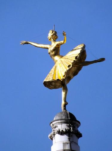 Sculpture d'Anna Pavlova, danseuse russe établie à Hamsptead, sur le toit du Victoria Palace